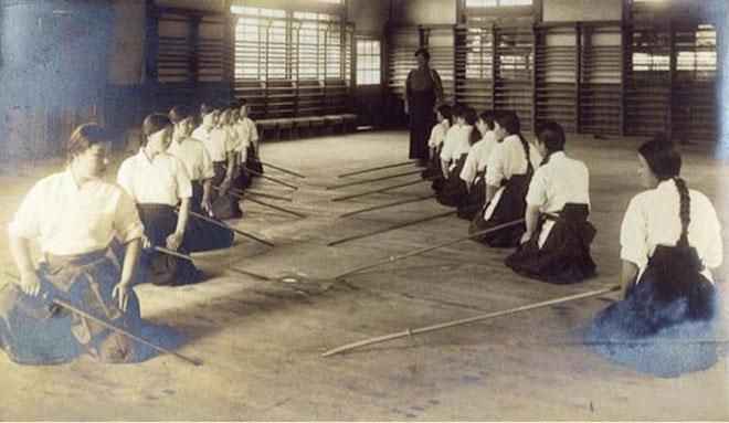 Nữ sinh trung học ở thành phố Okayama (Nhật Bản) trong tiết học thực hành sử dụng naginata.
