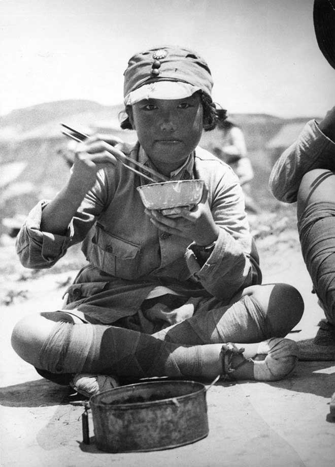 Khoảnh khắc sinh viên Trung Quốc trong bộ quân phục, ngồi bệt trên mặt đất ăn cơm được ghi lại vào năm 1935.