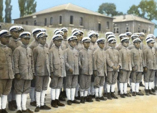 Các nam sinh trường trung học Pai Chai (Seoul, Hàn Quốc) trong bộ đồng phục theo phong cách quân đội.