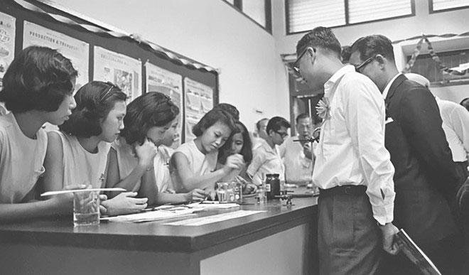 Bộ trưởng Bộ Giáo dục Singapore, ông Ong Pang Boon, quan sát các nữ sinh trường Kỹ thuật Upper Aljunied thực hành thí nghiệm hóa học.