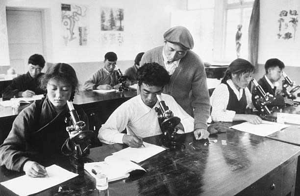 Học sinh trường Trung học Lhasa (Tây Tạng) đang làm thí nghiệm dưới sự hướng dẫn của giáo viên.
