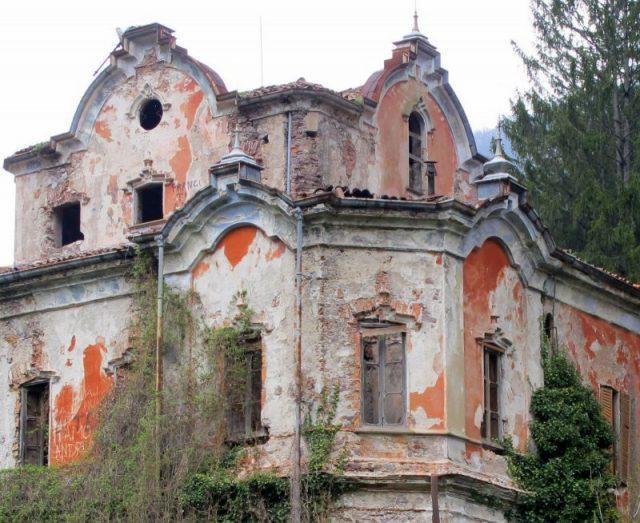 Theo truyền thuyết, ngôi nhà trở thành địa điểm của các nghi lễ satan.