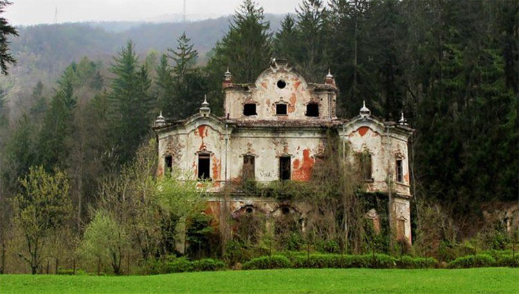 Vào thế kỷ thứ 18, Villa de Vecchi là biệt thựhoành tráng nhất của Bá tước Felix de Vecchi