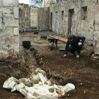 """Đặt ống nước, vô tình """"mở cửa"""" mộ cổ 4.000 năm"""