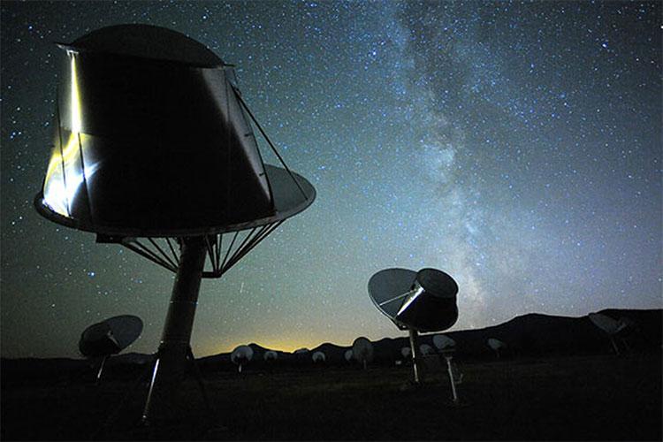Hệ thống kính thiên văn Allen Telescope Array chuyên tìm kiếm các tín hiệu radio và laser ngoài Trái đất