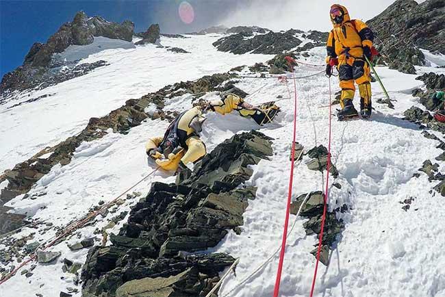 Xác người dần lộ diện trên Everest.