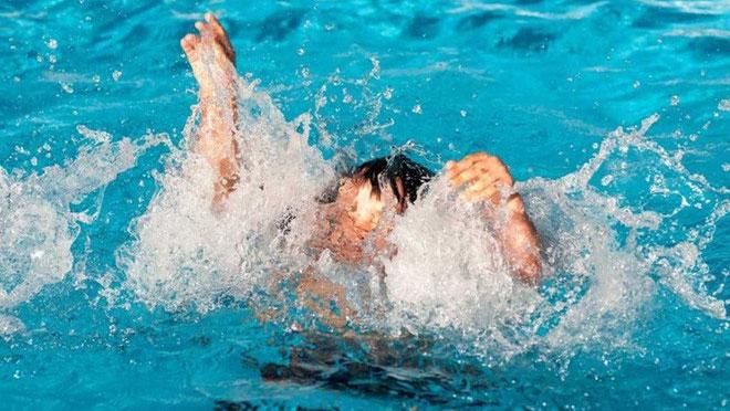 Cho trẻ tham dự các lớp học kiến thức an toàn dưới nước, lớp học bơi và kỹ năng sống sót...