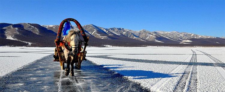 Ngựa kéo xe qua mặt hồ đóng băng.