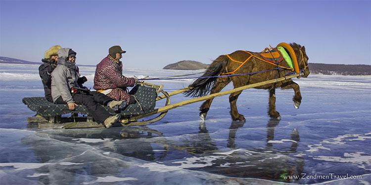 Ít nhất là trong cả nửa năm, lớp băng bao phủ Khövsgöl vẫn đủ dày và chắc để người, gia súc vô tư đi lại.