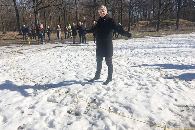 Bộ trưởng Khí hậu và Môi trường Na Uy Ola Elvestuen tại địa điểm phát hiện con thuyền thời Viking được chôn giấu