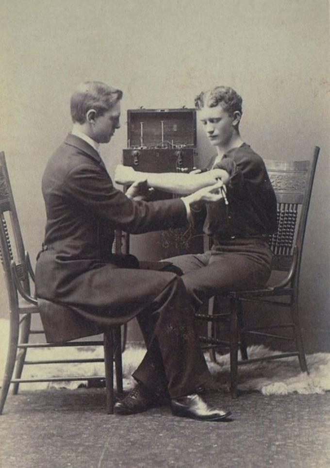 Khám thần kinh với thiết bị điện, năm 1884.