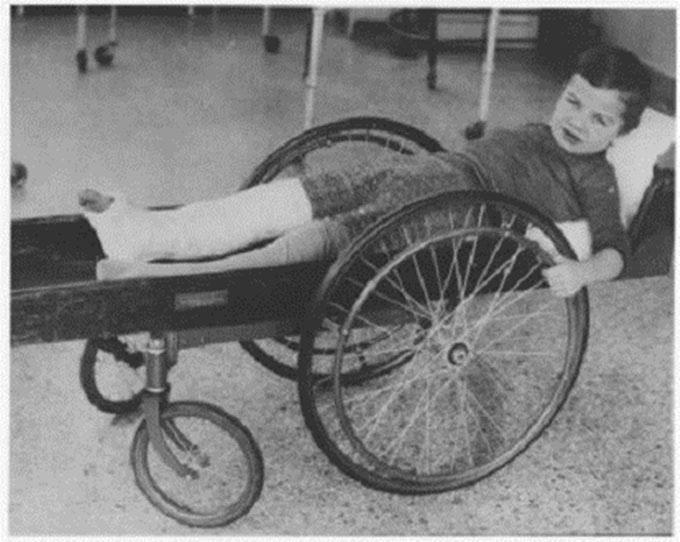 Xe lăn cho người khuyết tật năm 1915.