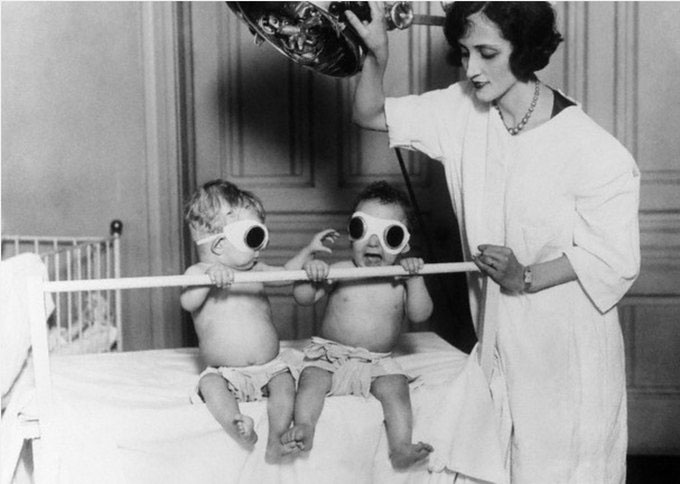 Các bé được chiếu đèn để chữa bệnh còi xương năm 1925 tại trại trẻ mồ côi Chicago.
