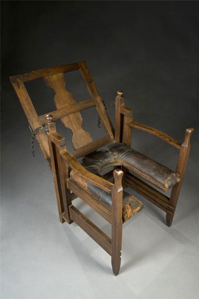 Chiếc ghế trong ảnh là thiết bị đỡ đẻ năm 1750.