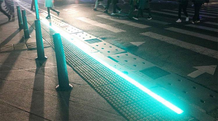 Đèn LEDđược lắp tại các vỉa hè gần cột điện và dải sang đường.