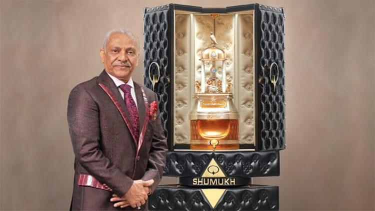 """Người sáng lập và chủ tịch của Tập đoàn nước hoa Nabeel Asghar Adam Ali đứng cạnh lọ nước hoa """"Shumukh""""."""