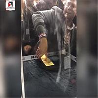 Thử thách túm thỏi vàng 20kg trong lồng kính ở Dubai khiến nhiều du khách bất lực