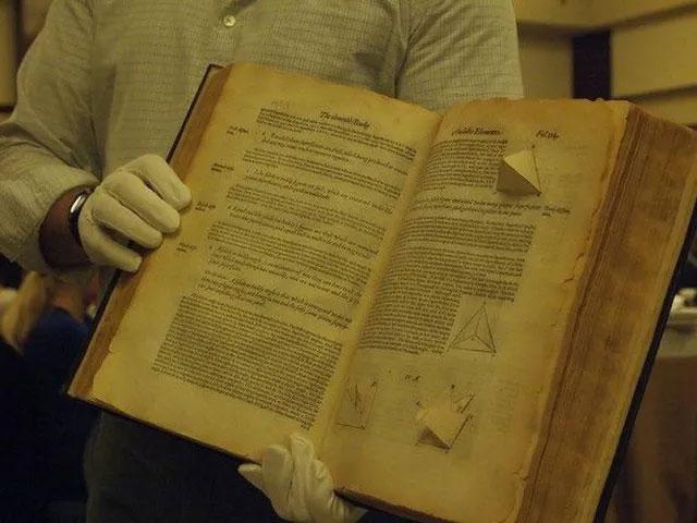 Một cuốn sách dạy hình học không gian được xuất bản vào năm 1570.