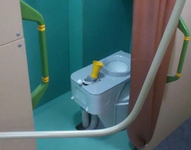Đây là loại toilet đặc biệt dành cho các phi hành gia, trong điều kiện không trọng lực ở ngoài vũ trụ.