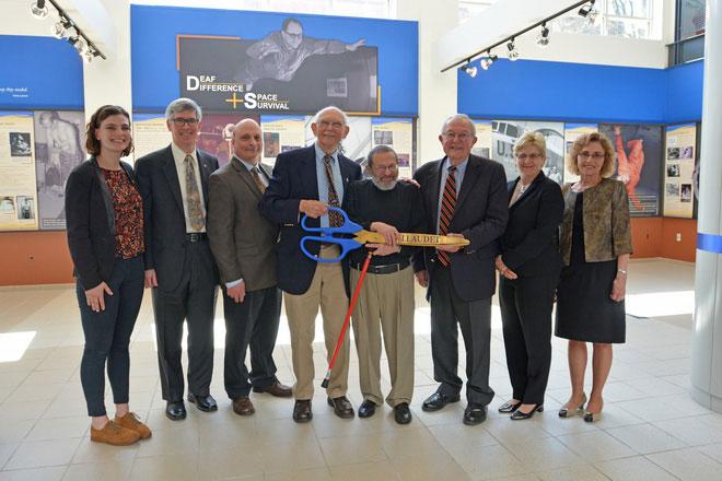 Lễ cắt băng khánh thành triển lãm tại Bảo tàng Đại học Gallaudet.