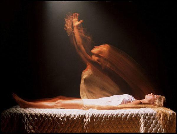 Một giả thiết cho rằng khi chuẩn bị bước sang thế giới khác, linh hồn của một người sẽ rút dần khỏi thể xác.