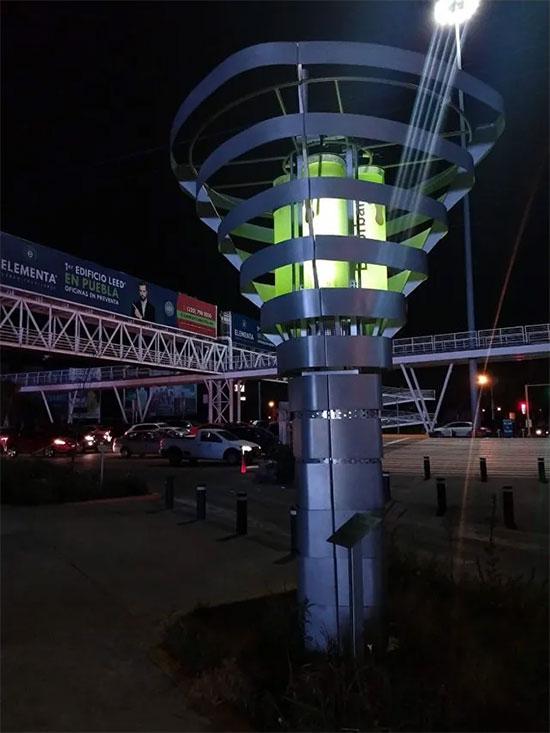 Thiết bị cao 4 mét có năm xi lanh, mỗi xi lanh chứa 100 lít.