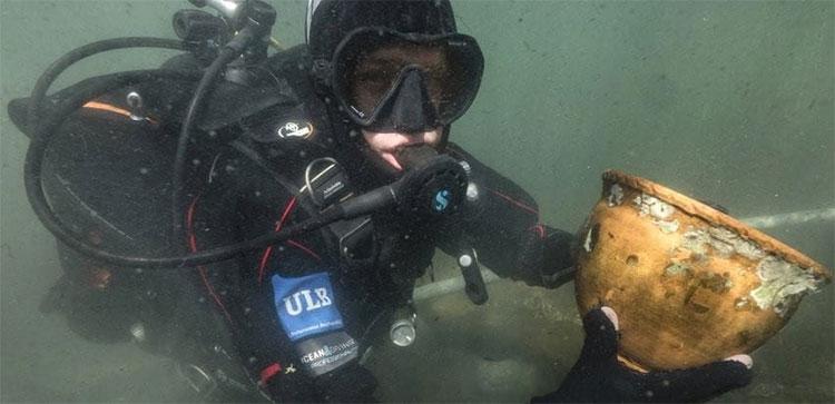 Một thợ lặn tìm thấy những hiện vật khảo cổ liên quan đến người Tiwanaku.