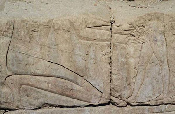 Cảnh người Ai Cập cổ đại được cắt bao quy đầu, khắc trên bức tường bên trong Đền Khonspekhrod, Ai Cập