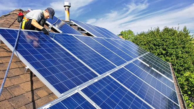 Chi phí của năng lượng gió đất liền và điện mặt trời cũng đã giảm xuống đáng kể.