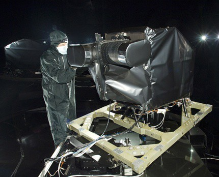 Camera Landsat đang được cài đặt lên vệ tinh