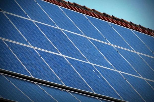 Tấm pin năng lượng mặt trời có màu xanh