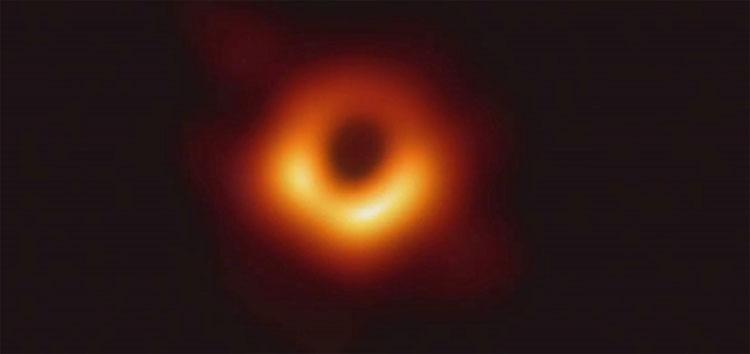 Hình ảnh cho thấy lỗ đen ở trung tâm Messier 87, một thiên hà khổng lồ trong cụm thiên hà Virgo.