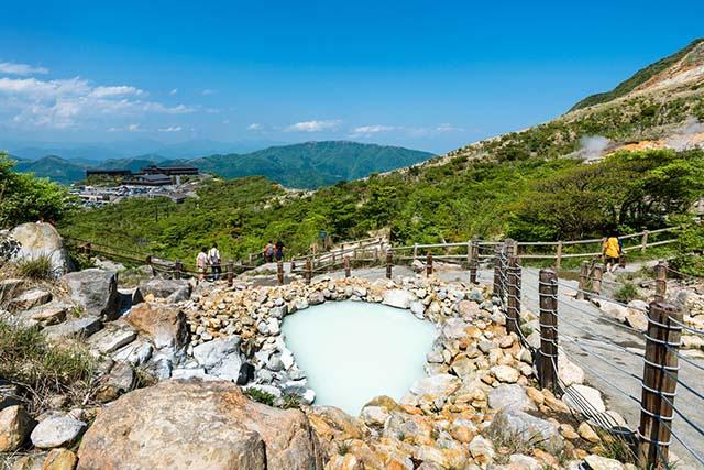 Ngoài là một địa điểm suối nước nóng nổi tiếng, nơi đây còn thu hút du khách bởi những quả trứng đen kỳ lạ.