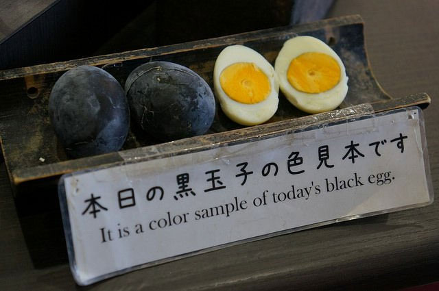Bên trong những quả trứng đen này giống hệt trứng gà luộc bình thường