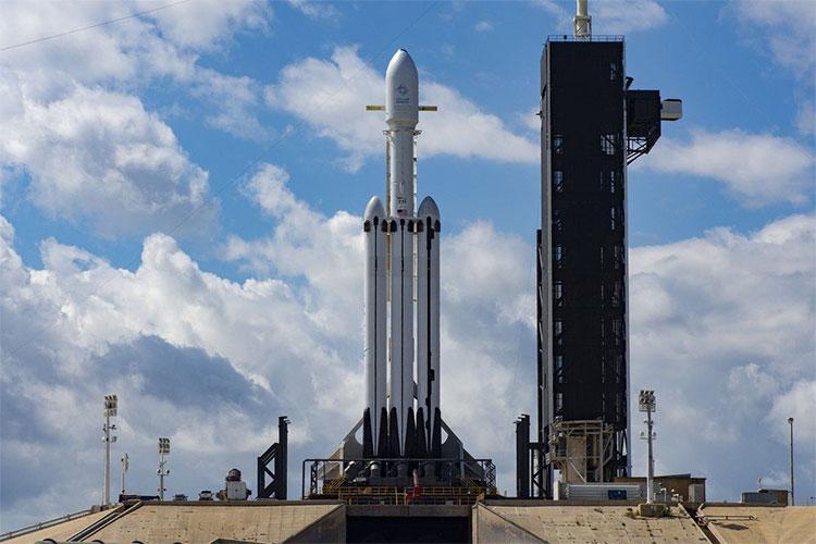 Tên lửa Falcon Heavy được đặt trên bệ phóng, sẵn sàng khởi hành.