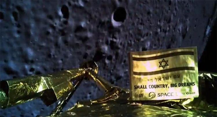 """Bức ảnh cuối cùng trước khi Beresheet va vào Mặt Trăng, trên lá cờ Israel, dòng chữ """"quốc gia nhỏ bé, ước mơ vĩ đại"""" ."""
