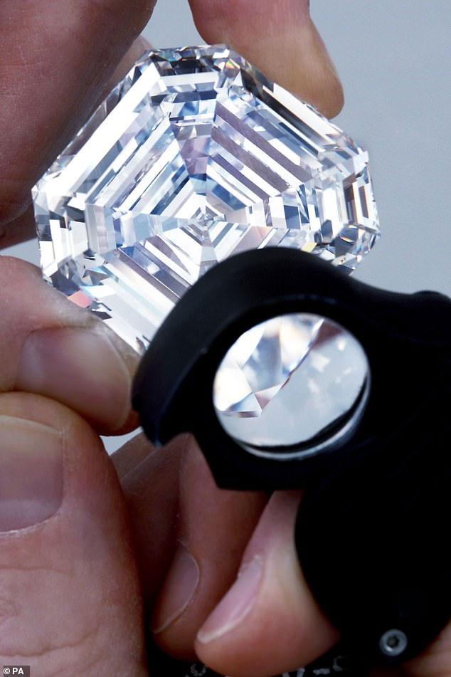 Viên kim cương có hình dáng giống một viên ngọc lục bảo vuông.