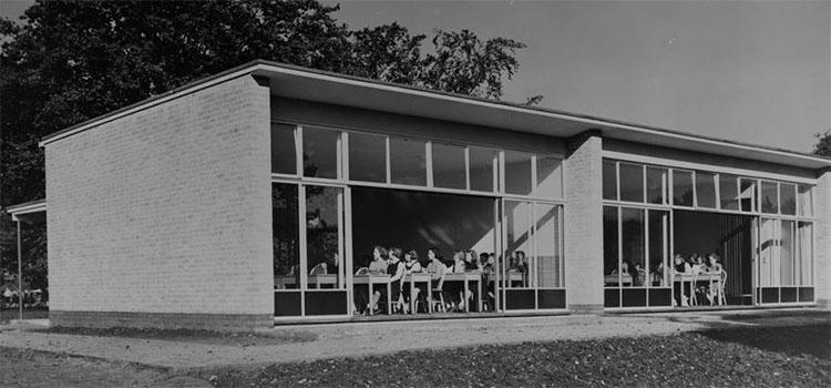 Cao Đẳng Impington, thiết kế bởi Walter Gropius và Maxwell Fry, mở cửa năm 1939.