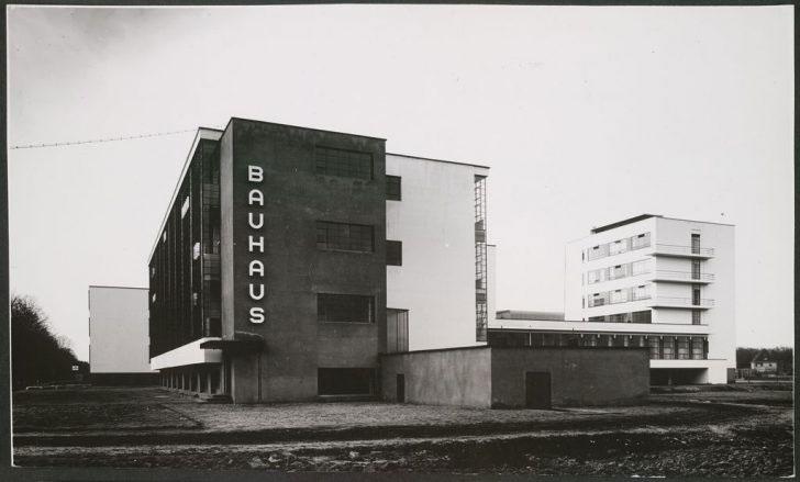 Hình dáng hòa hợp với chức năng-Tòa kiến trúc Bauhaus ở Dessau.