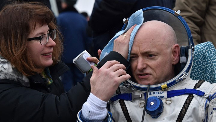 Phi hành gia Scott Kelly (phải) khi chuẩn bị cho 340 ngày ngoài không gian.