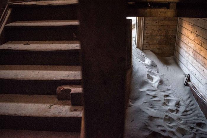 """Bà Anna phải sống trên tầng 2, bởi tầng 1 đã bị những cơn """"sóng cát"""" xâm chiếm."""