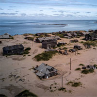 """Ngôi làng Nga """"biến mất"""" mỗi khi gió to, người dân không dám đóng cửa vào ban đêm"""