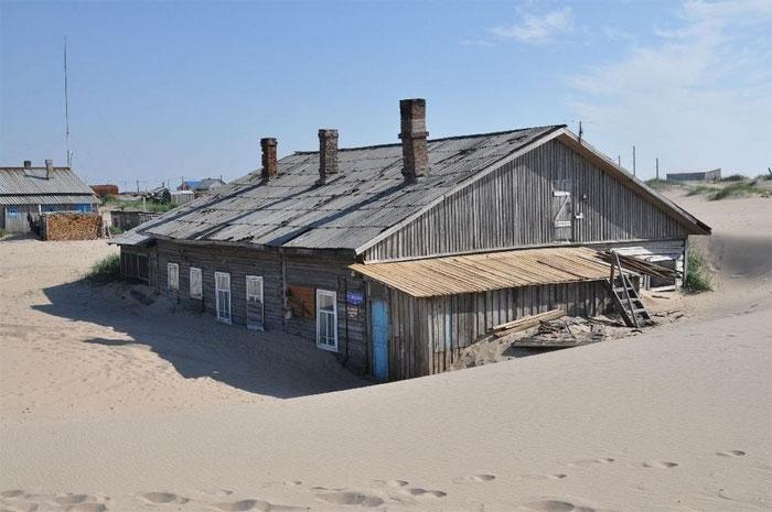 Những ngôi nhà ở đây thường xuyên bị bao phủ trong cát.