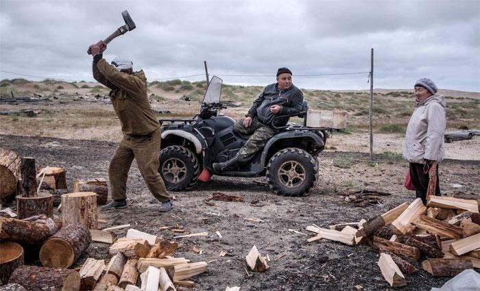 Nghề lái xe ủi được trả công cao nhất tại Shoyna, vì ai ai cũng cần được đào cát quanh nhà.