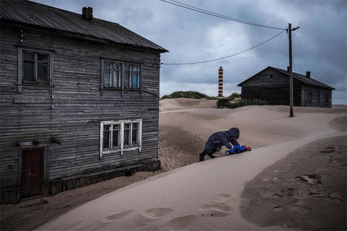 Với trẻ em tại làng Shoyna, nhà chúng trông lúc nào cũng giống một hộp cát lớn.