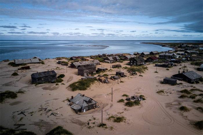 Ngôi làng nhỏ bé Shoyna tràn ngập trong cát.