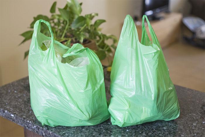 Vật liệu bằng nhựa có giá thành rẻ, dễ sản xuất nên vẫn là vật liệu được sử dụng phổ biến.