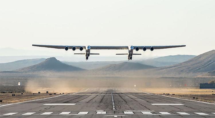 Chiếc máy bay lớn nhất thế giới bay qua sa mạc ở California, Mỹ ngày 13/4.