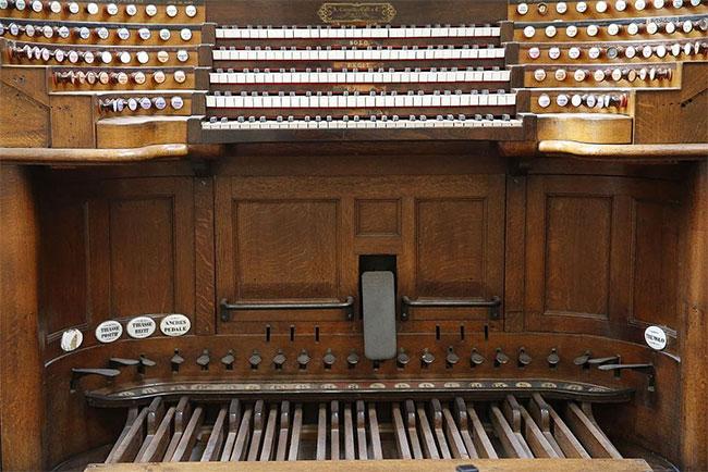 Trong nhà thờ còn lưu giữ cây đàn organ lớn nhất ở Pháp có từ thế kỷ 18.