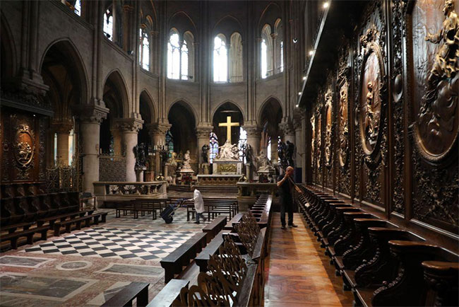 Phần khung nhà thờ được làm từ gỗ của 1.300 cây sồi, tương đương 21 ha rừng.